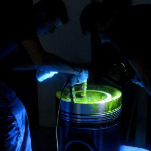 MT-fluorescente-su-cielo-di-pistone-per-motore-navale